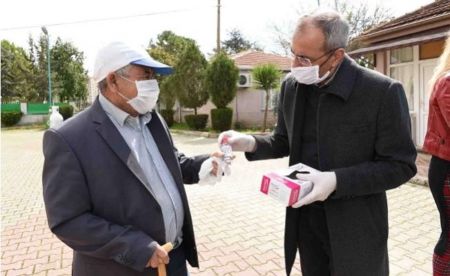 Tarsus Belediyesi Dezenfektan Üretip Halka Ücretsiz Dağıtıyor