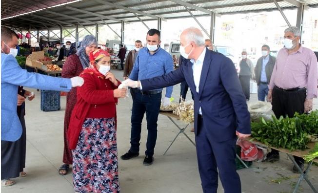 Başkan Gültak, Pazarda Meske ve Eldiven Dağıttı