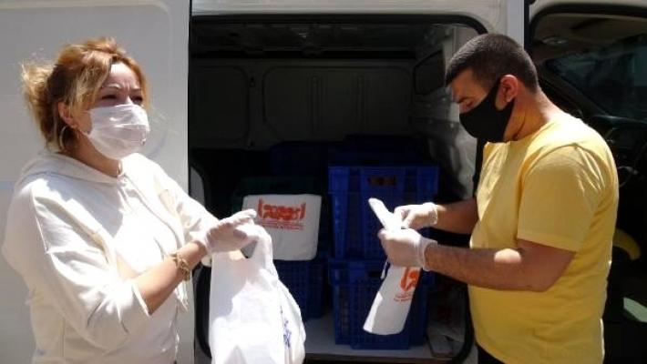 Fırıncı Çift, Evden Çıkamayanlara Ekmek Servisi Yapıyor