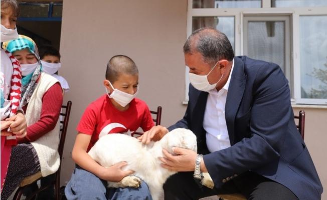 Gülnar Belediye Başkanı Kuzusuyla 23 Nisan'ı Kutlayan Alperin'ı Ziyaret Etti.