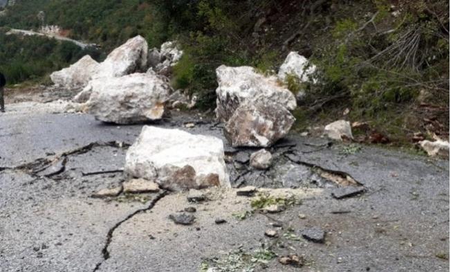 Tarsus'ta Kopan Kayalar Yolu Kapattı