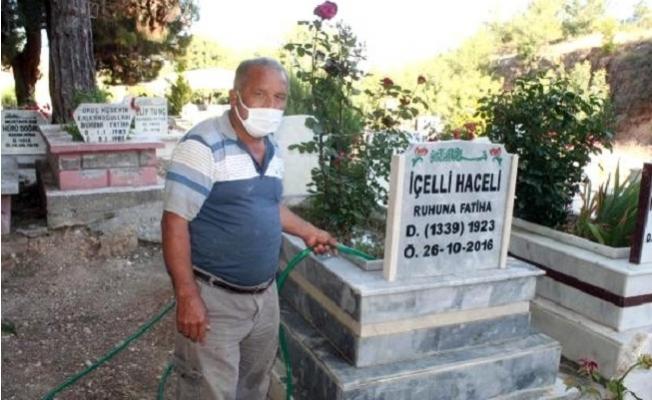 10 Yıldır Gönüllü Olarak Mezarlara Bakım Yapıyor