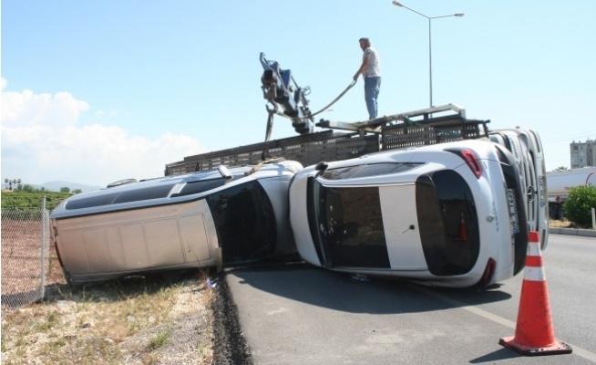 Erdemli'de TIR Yan Yattınca, Taşınan 5 Araç Hasar Gördü