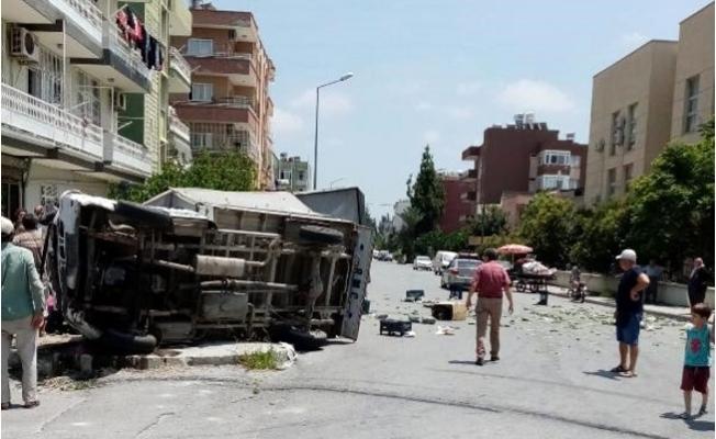 Otomobille Çarpışan Salatalık Yüklü Kamyonet Devrildi: 2 Yaralı