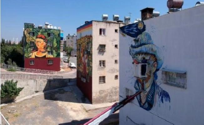 40 Derece Sıcakta Ünlü Eserleri Duvara Yansıtıyor