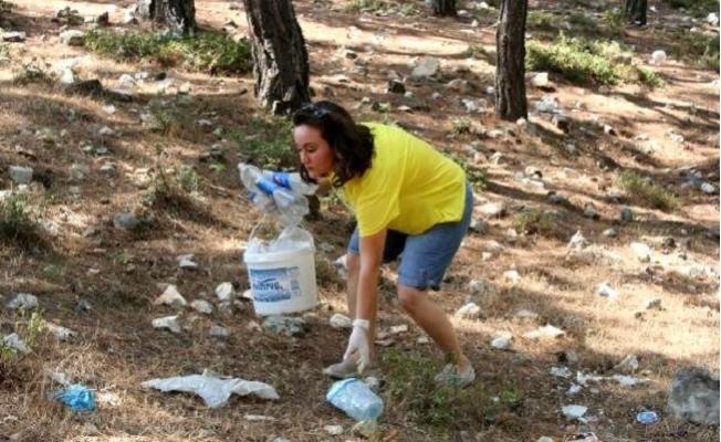 Çevre Temizliğine Dikkat Çekmek İçin Ormandaki Çöpleri Topladılar