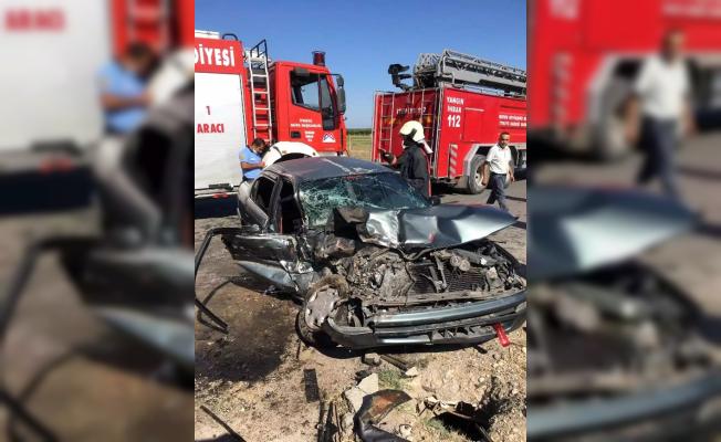 Hurdaya Dönen Otomobilde Sıkışan 2 Kişiyi İtfaiye Kurtardı