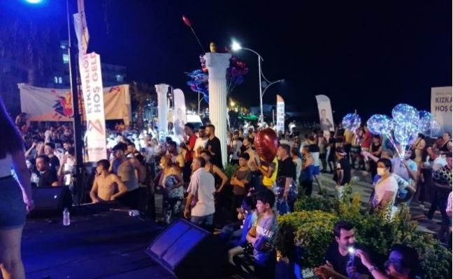 Müzikle Coşan Tatilciler, Koronavirüs Önlemlerini Unuttu