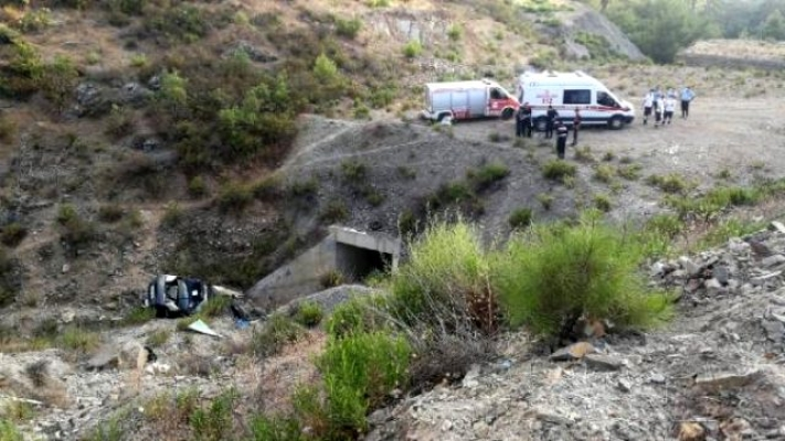 Şarampole Devrilen Araçtaki Baba ile 7 Çocuğu Yaralandı, Anneleri Öldü