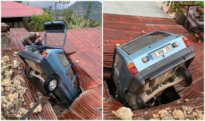 Kontrolden Çıkan Otomobil, Evin Çatısına Düştü