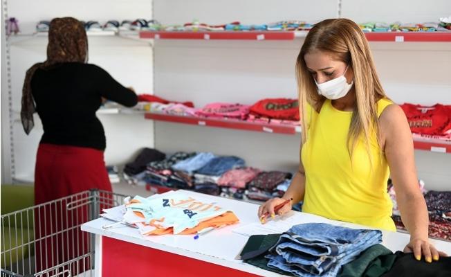 """Büyükşehrin """"Kıyafet Evi"""" Mersin'de 1500 Aileye Ulaştı"""
