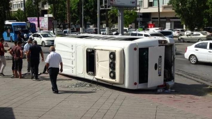 Hafif Ticari Araca Çarpan Yolcu Minibüsü Devrildi: 3 Yaralı