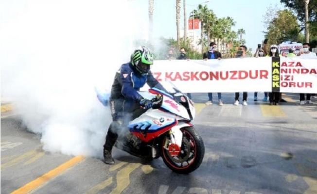Mersin'de Polis Motosiklet Tutkunlarını Buluşturup, Kask Uyarısı Yaptı