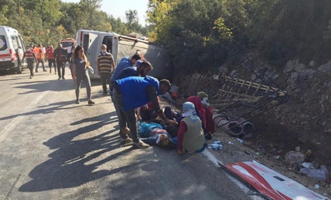 Mersin'de Tarım İşçisi Taşıyan Midibüs Devrildi: 1 Ölü, 28 Yaralı