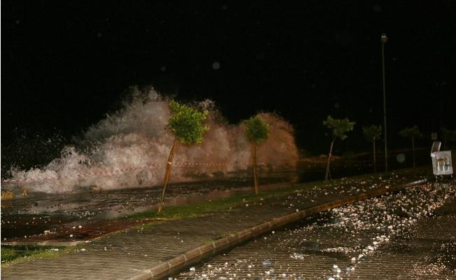 Fırtına Erdemli'de Sahil Yolunu Kum ve Taşla Doldurunca Yol Kapandı.