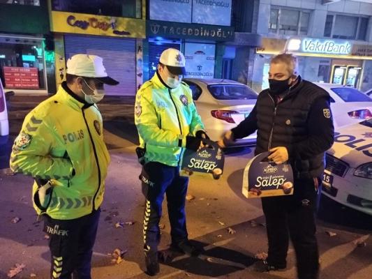Kısıtlamada Polislere Salep İkramı