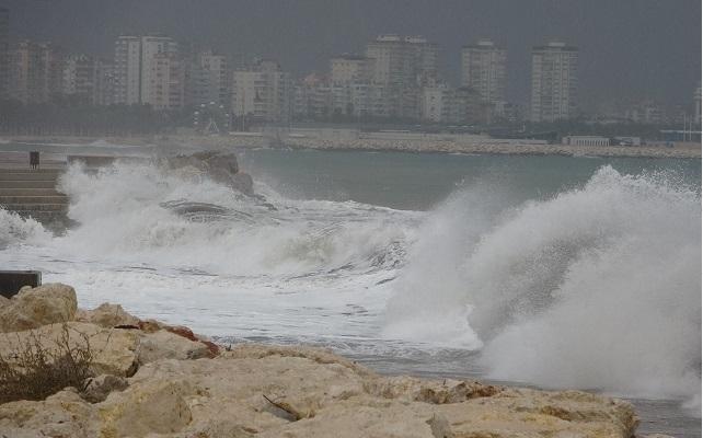 Mersin'de Fırtına Sahilde Dev Dalgalar Oluşturdu
