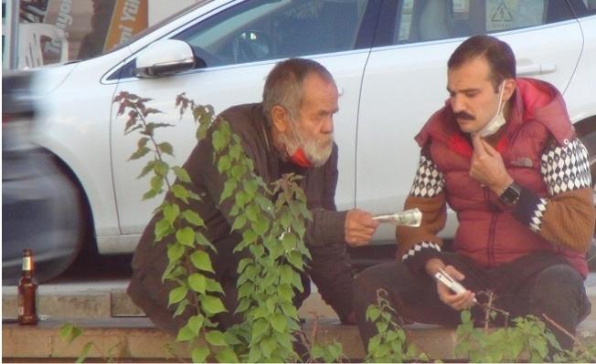 Sokağa Çıkma Yasağını Delmekle Kalmadı Gündüz Vakti Refüje Çilingir Sofrası Kurdu