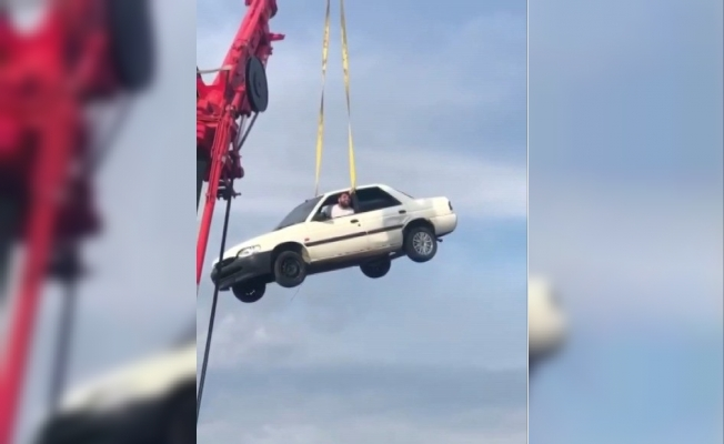 Adrenalin Meraklısı Genç, Araç İçinde Vinçle 30 Metre Yüksekten Poz Verdi.