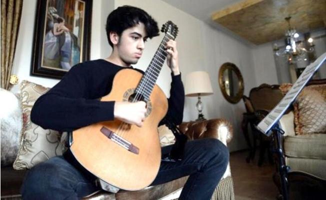 Daha 16 Yaşında Uluslararası Yarışmasında Dünyanın En İyi 4'üncü Gitaristi Oldu.