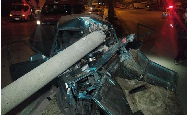 Elektrik Direğine Öyle Bir Çarptı ki Otomobil Hurdaya Döndü