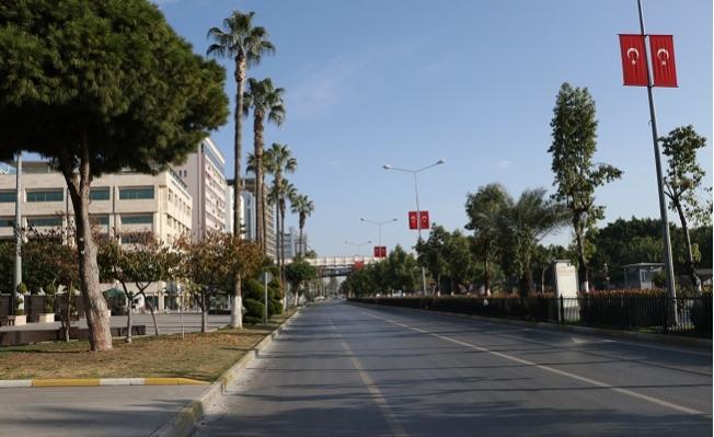 Mersin'de Yılın İlk Günü Cadde ve Sokaklar Boş Kaldı