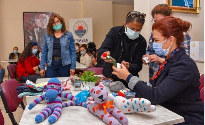 Kadınlar Çoraptan Oyuncak Yapıp Üretime Katılıyor