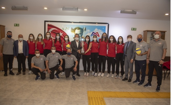 1. Lige Yükselen Büyükşehir'in Kadın Sporcularından Seçer'e Ziyaret