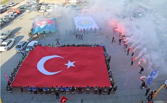 Çanakkale Zaferini ve Şehitleri Türk Bayrağı Açarak Andılar