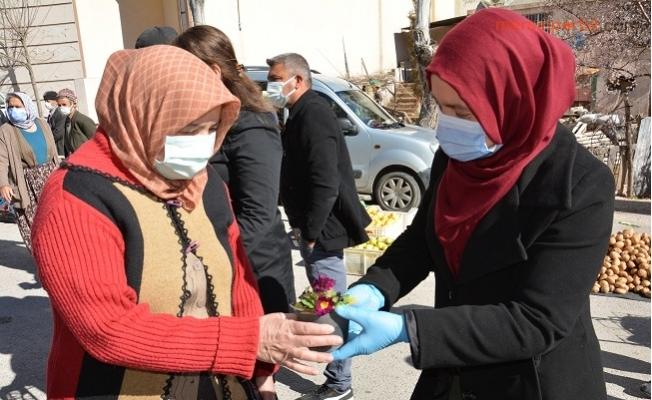 Gülnar Belediyesi 8 Martı Çiçekler İle Kutladı.