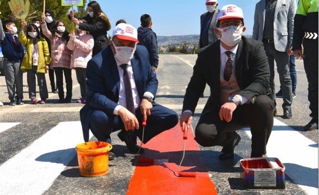 Gülnar'da Yaya Farkındalığı İçin Şeritler Kırmızıya Boyandı