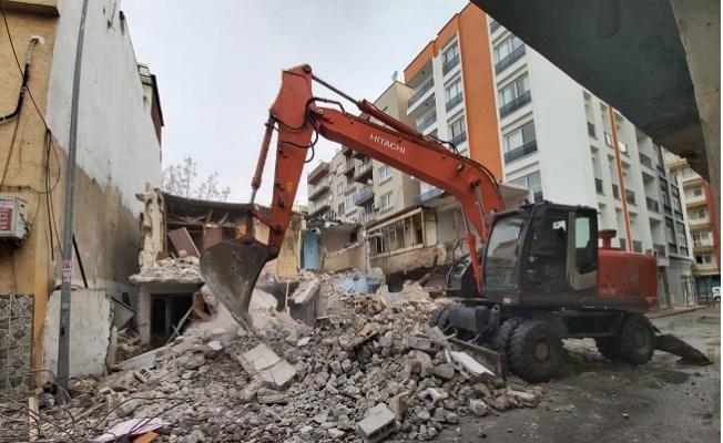 Turgut Reis Mahallesi'nde Metruk Binalar Kontrollü Yıkıldı