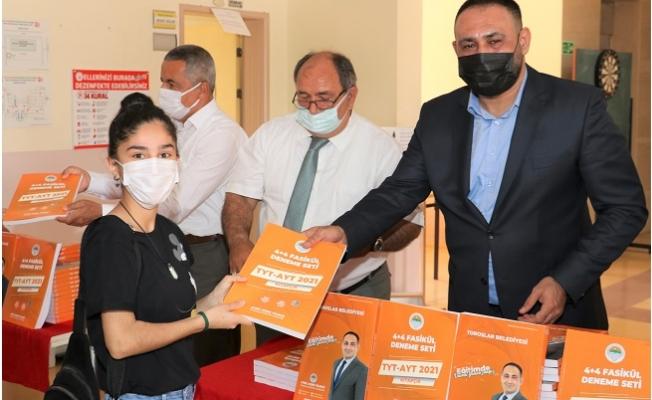 Başkan Yılmaz, Sınava Girecek 7 Bin 222 Öğrenciye Denem Seti Hediye Etti.