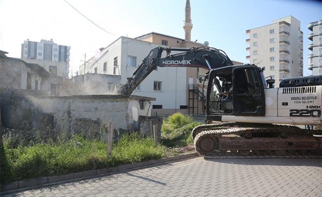 Erdemli 'de Metruk Binalar Yıkılıyor