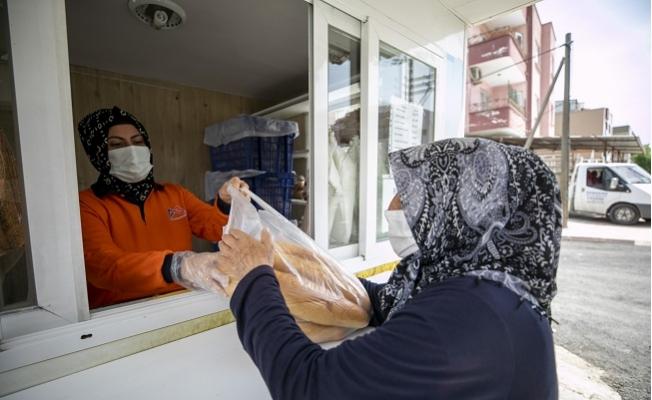 Mersin'de Hayırseverler Belediye Ekmek Büfelerinden 4 Bin Ekmek Dağıttı.