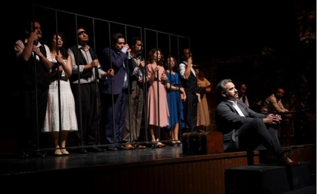 Büyükşehir Tiyatrosu i 'Aslolan Hayattır' Oyunu 'nu Adana'da Sergiledi.