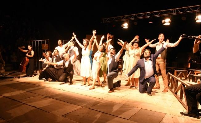 """Büyükşehir Tiyatrosu  """"Aslolan Hayattır"""" ile İzmir'de Sahneye Çıktı."""