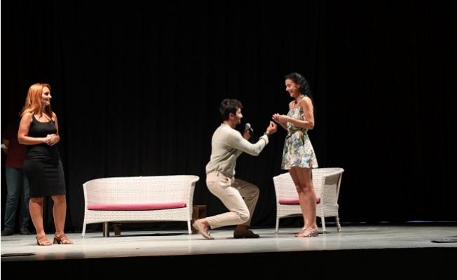 Tiyatro Oyununda Evlenme Teklifi