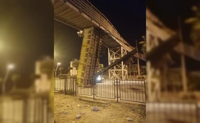 Tarsus'ta Kamyonun Damperi Köprüye Takıldı.