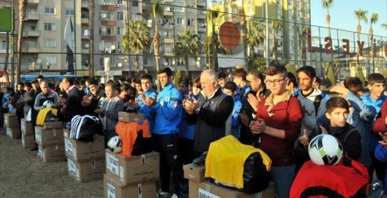 Akdeniz Belediyesi Amatör Kulüplere Malzeme Dağıttı
