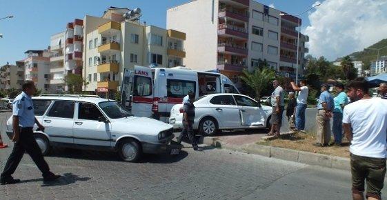 Anamur'da 2 Otomobil Kavşakta Çarpiştı 1 Kişi Yaralandı