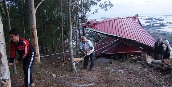 Anamur'da Rüzgar Evin Çatısını Uçurdu