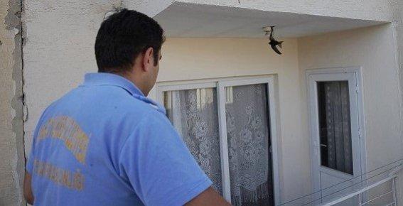 Balkonda Asılı Kalan Ebabil Kuşunu İtfaiye Kurtardı