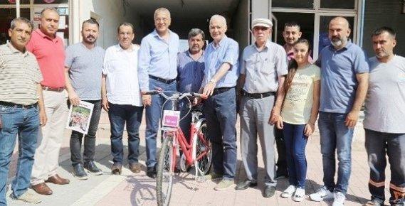 Başkan Tarhan'dan Eski Belediye Başkanına Bisiklet
