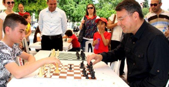 Başkan Turgut, Gençlerle Satranç Oynadı