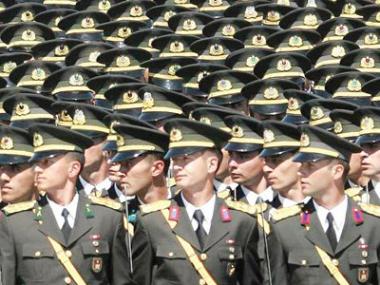 Bir haftada 300 subay istifa etti