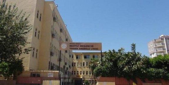 Boşaltılan Okulun Sıraları Pencereden Atıldı