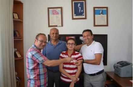Bozyazı'da Hukuk Fakültesi'ni Kazanan Tek Öğrenci Altınla Ödüllendirildi