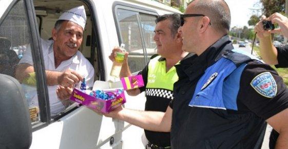 Bozyazı'da Trafik Polislerinden Sürücü ve Yayalara Çikolata ikramı