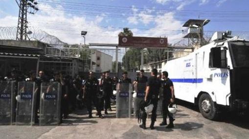 Cezaevi Önü Eyleminde Kapı Krizi